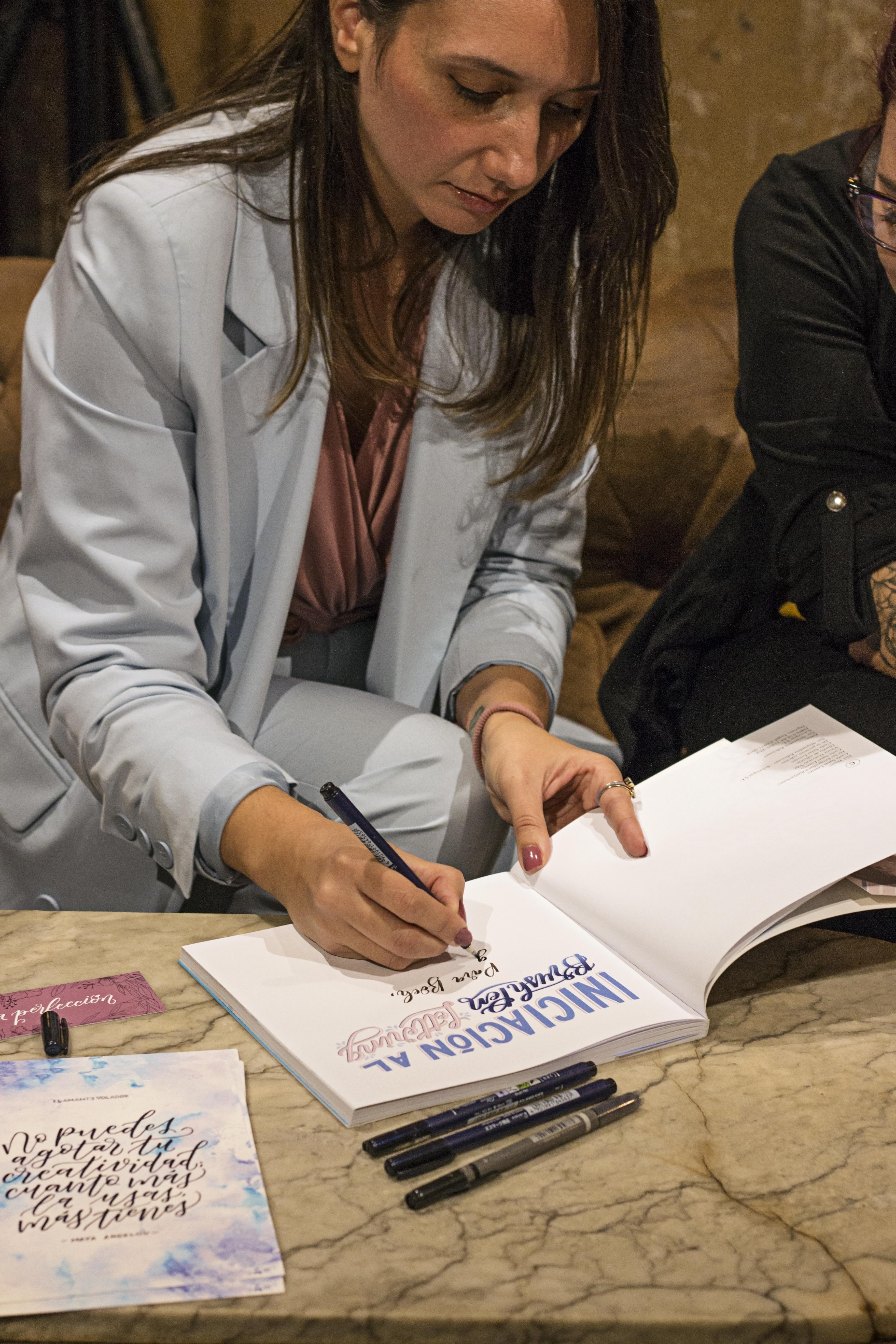 """Firma del libro """"Iniciación al Brush Pen Lettering"""" de Carla Salas, de El Amante Volador .Fotografía de Sada Tao."""